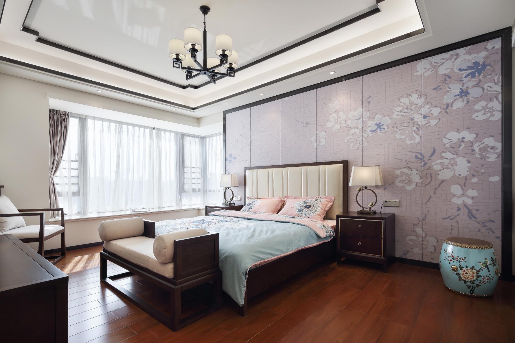 新中式吊灯温馨飘窗简约卧室装修风格